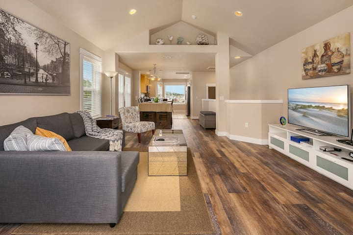 102 Seascape - Bright, Modern Townhouse, 2 minute walk to the beach