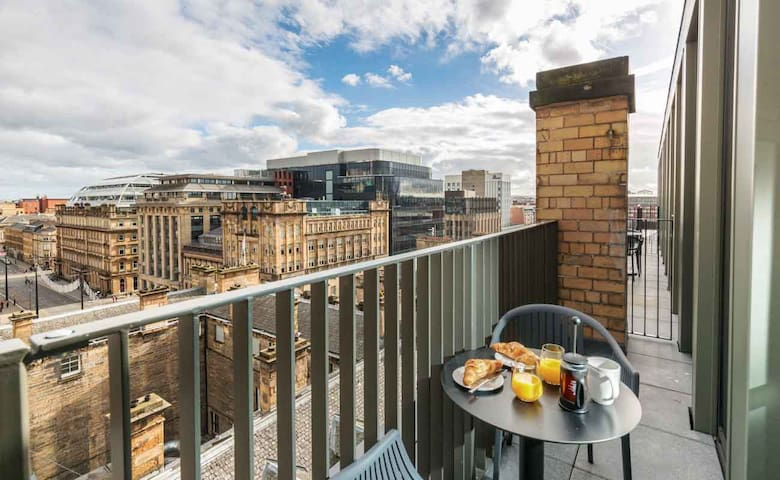 PH STUDIO WITH FANTASTIC VIEWS OVER GLASGOW CITY