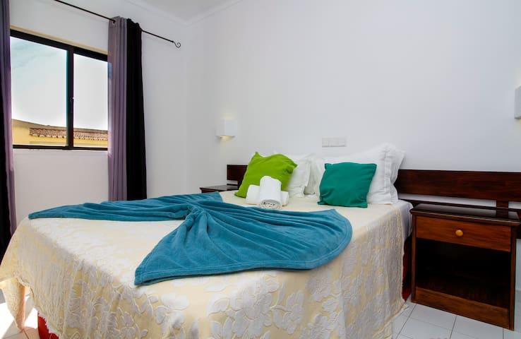Double bed detail with towels and bed linens included/ Detalho da cama de casal com toalhas e lençóis incluídos