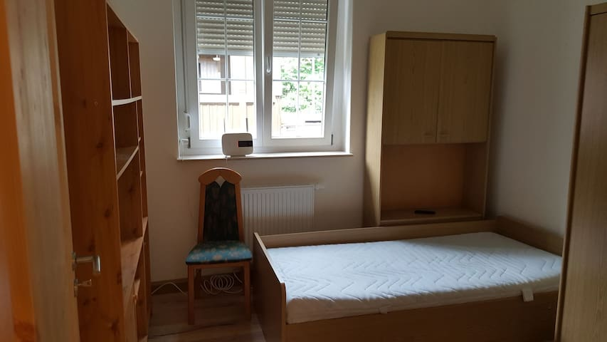 Kleines Zimmer im ehemaligen Bahnhof