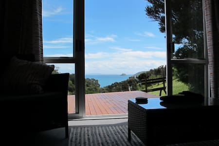 Whero - open plan living, deck with superb views - Amodeo Bay - Blockhütte