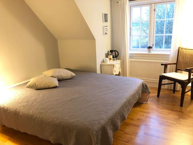 Dejligt værelse med udsigt til marker og skov