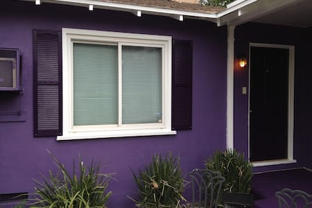 Quaint comfy purple home. 2 bd 1 ba - 단독주택