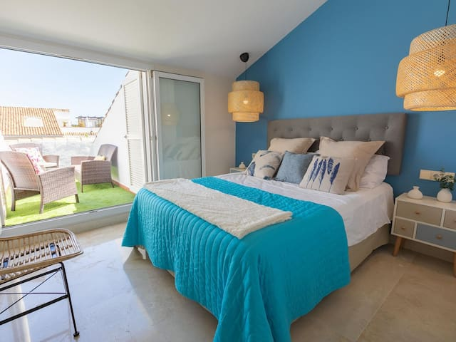 Guest Room 1: 150 x 200cm queen size bed and terrace.
