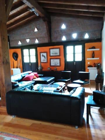 la sala con balcón para disfrute de charlas