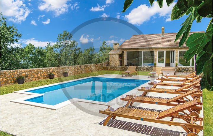 Stunning home in Knin with Outdoor swimming pool and 3 Bedrooms