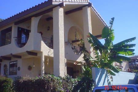 Casa Makai- Beach House Apartment Rental - Ventura - Radhus