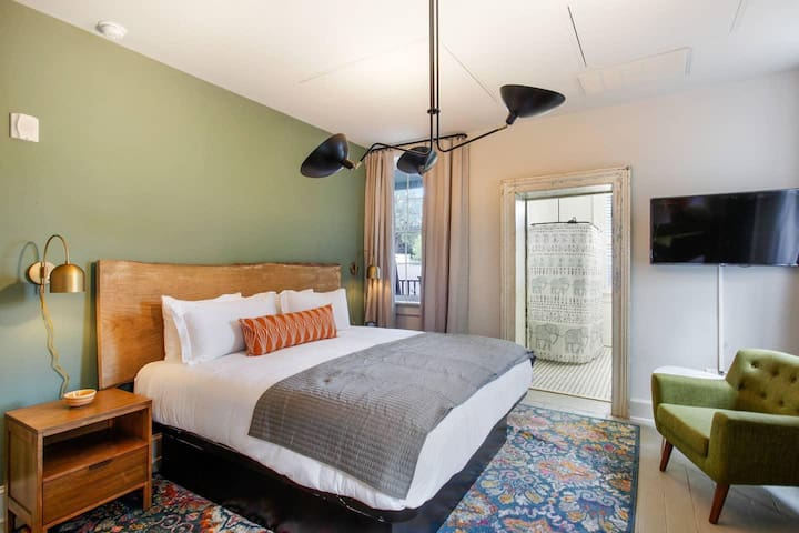 206 · King Suite + Claw Foot Tub ✦Downtown Boutique Hotel✦