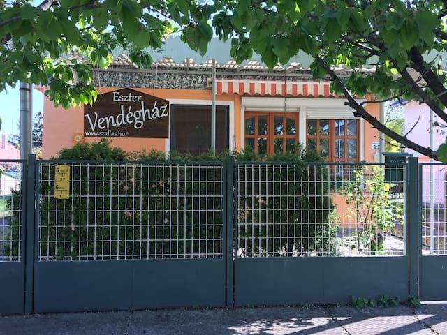 Eszter Vendeghaz - Berekfürdő - เกสต์เฮาส์