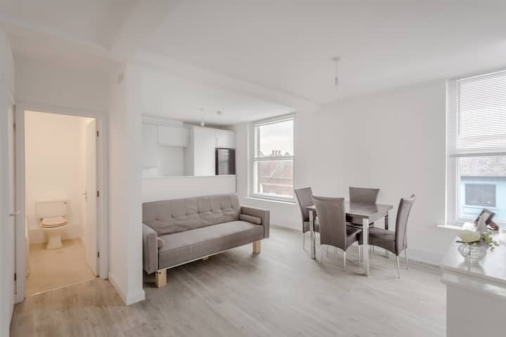 Modern penthouse 2 bedroom  flat Central St Albans