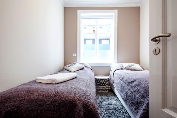 Bedroom, twin beds