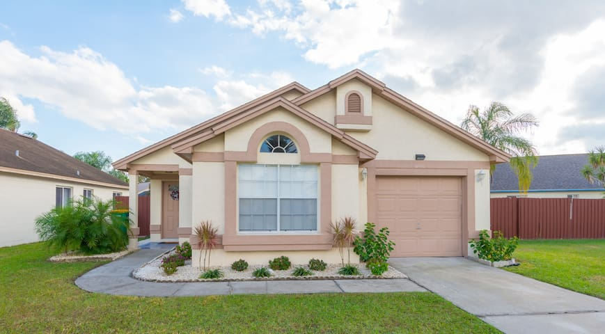 Spacious Home minutes from Walt Disney World!