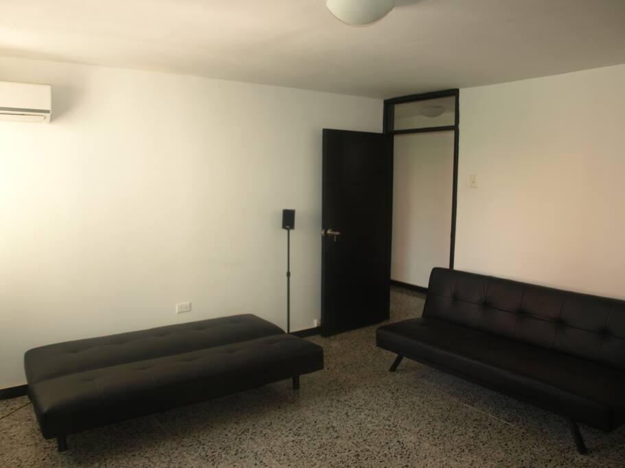Habitación # 2 con sofacamas. Medidas 107 cms x 180 cms cada uno.