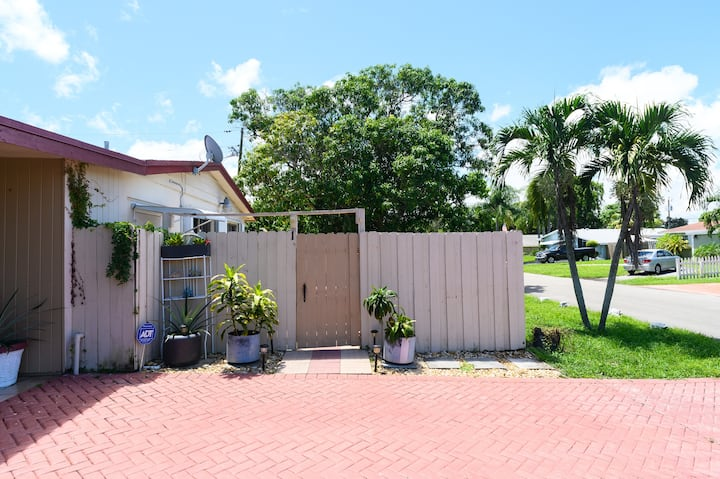 Cozy Apt - 15  Minutes Drive from Hollywood Beach!