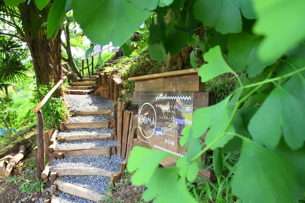 入り口は手作りの階段