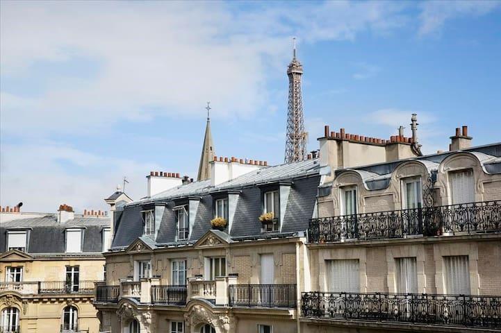 A deux pas de la Tour Eiffel, petit déj & service inclus !