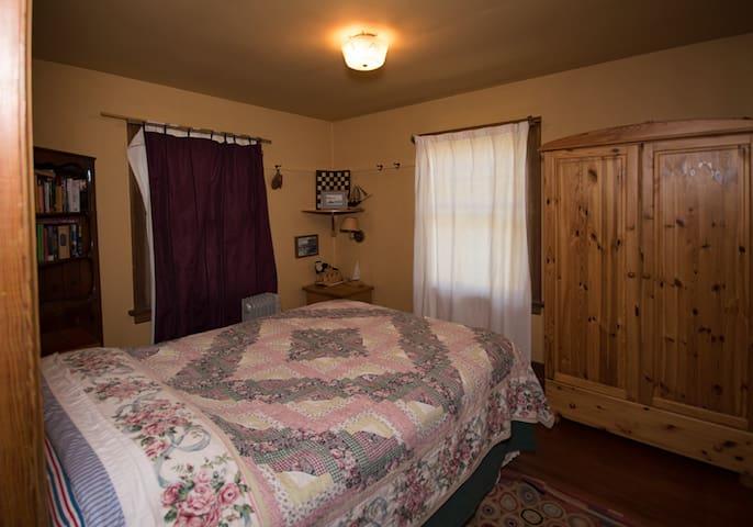 Double bed room, easy second couple or childrens room, floor plan - bath between bedrooms.