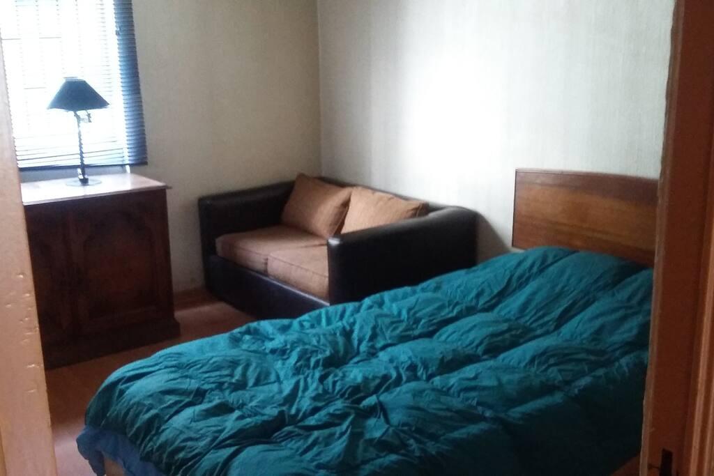 tiene un sofa cama de plaza y media igual que la cama