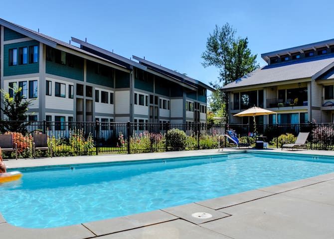 NEW LISTING! Lakefront condo w/shared pools, tennis & private marina-near town