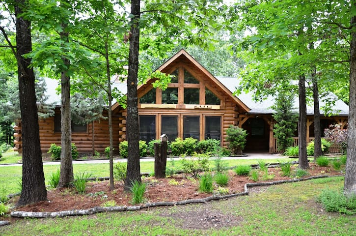Amazing Premium Cabin, HotTub, Near Shows, Jetted Bathtub, gametable, Dining Rm