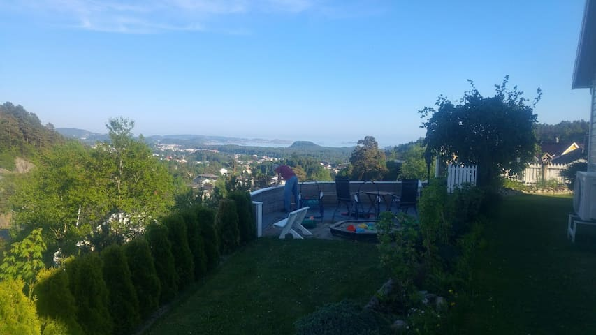 Family friendly house w/great view.