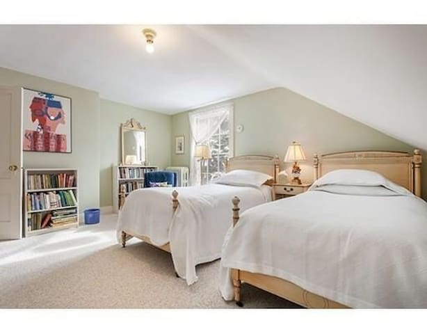 Bright Lakeview Room near Cambridge