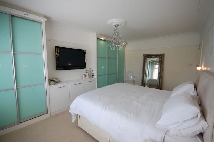 Birkdale Towers:The master en-suite room