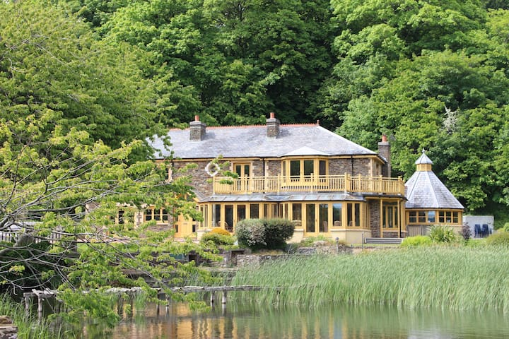 NEW LISTING! Large Riverside Home, near Dartmouth - Dartmouth - House