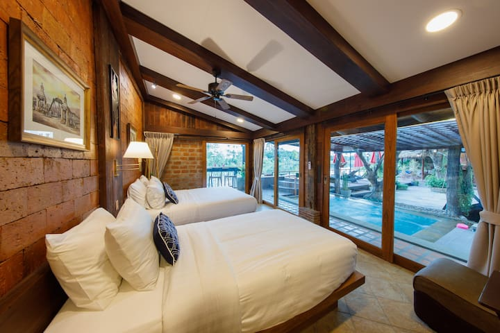 Morning with sunset side the Ping river ancient river in northern Thailand With high quality bedding Comfortable 河畔房间休息安静  适合老年人,儿童,或者睡眠不好的游客 是一张双人床和一张单人床 可以住三位 独立卫生间