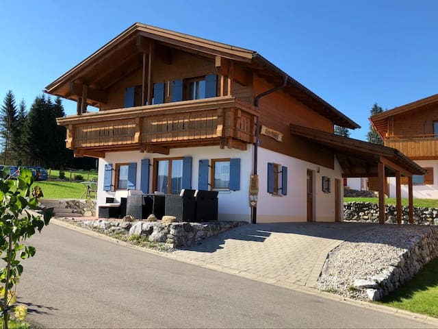 "Cosy Holiday Home ""Casa Bavaria"" with Lake View, Mountain View, Wi-Fi, Balcony, Terrace & Garden; Parking Available, Dogs Allowed"