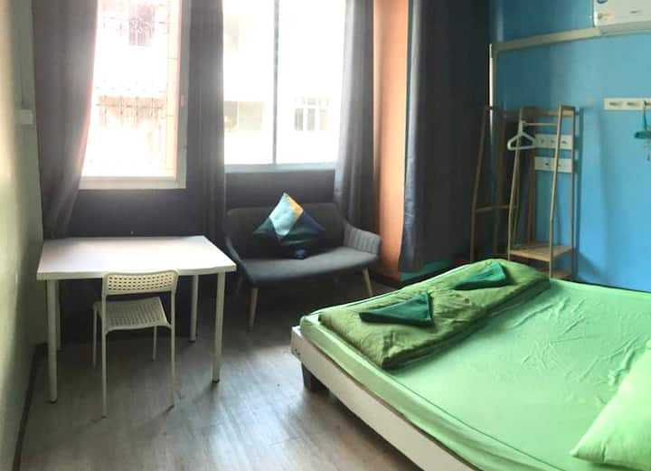 Khao San Private Queen room with Window, AC, Wifi