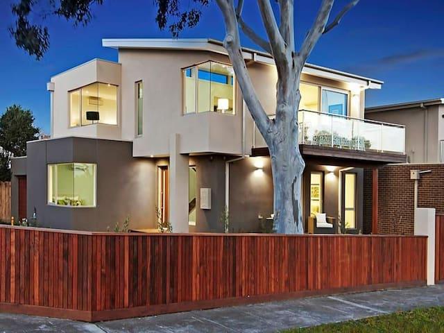 Near new, park views, family home - Highett - House