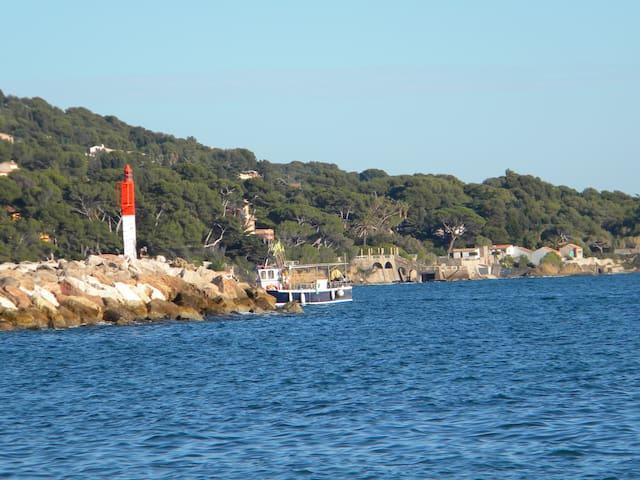 T2 à 500 m du port et plages Balcon petite vue mer