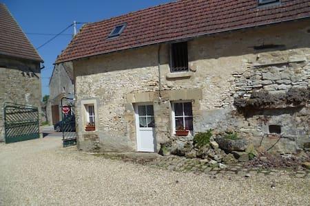 Maisonnnette en pierre - Montjavoult