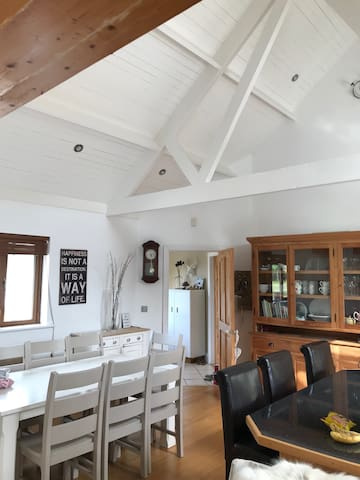 Spacious Coastal Bungalow - 5 mins from Greenway