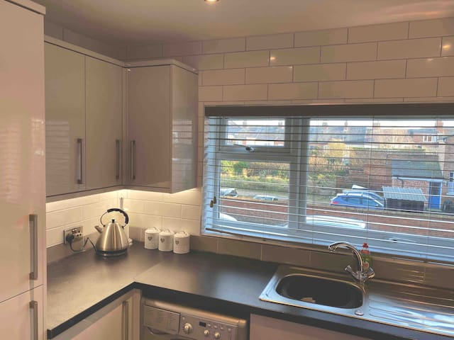 Modern 2 bedroom town centre apartment and parking