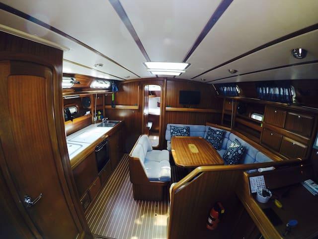 Disfruta de Barcelona alojándote en un velero