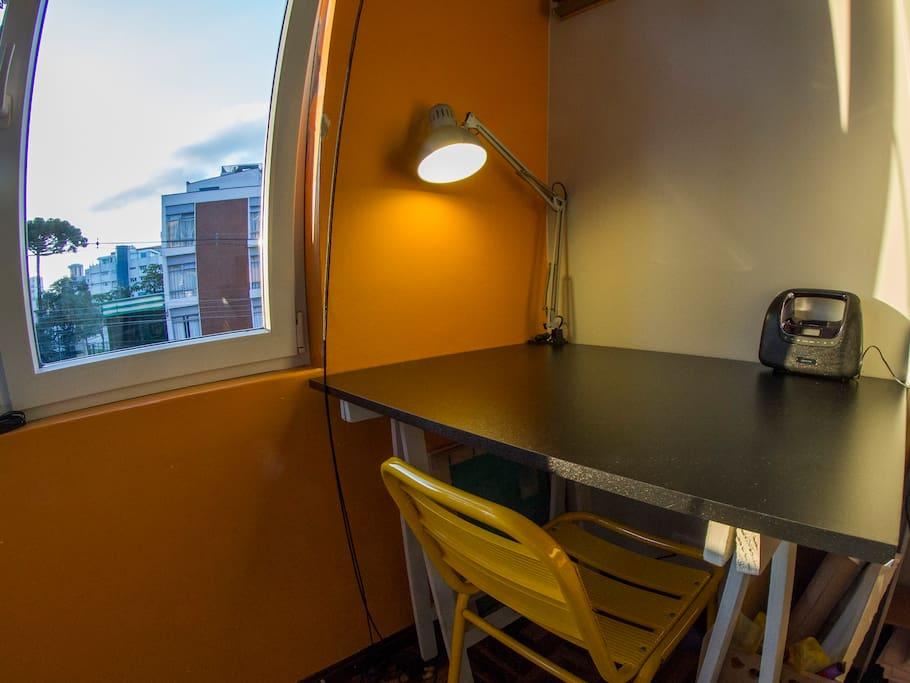 Mesa de Trabalho Ampla e com Luminária