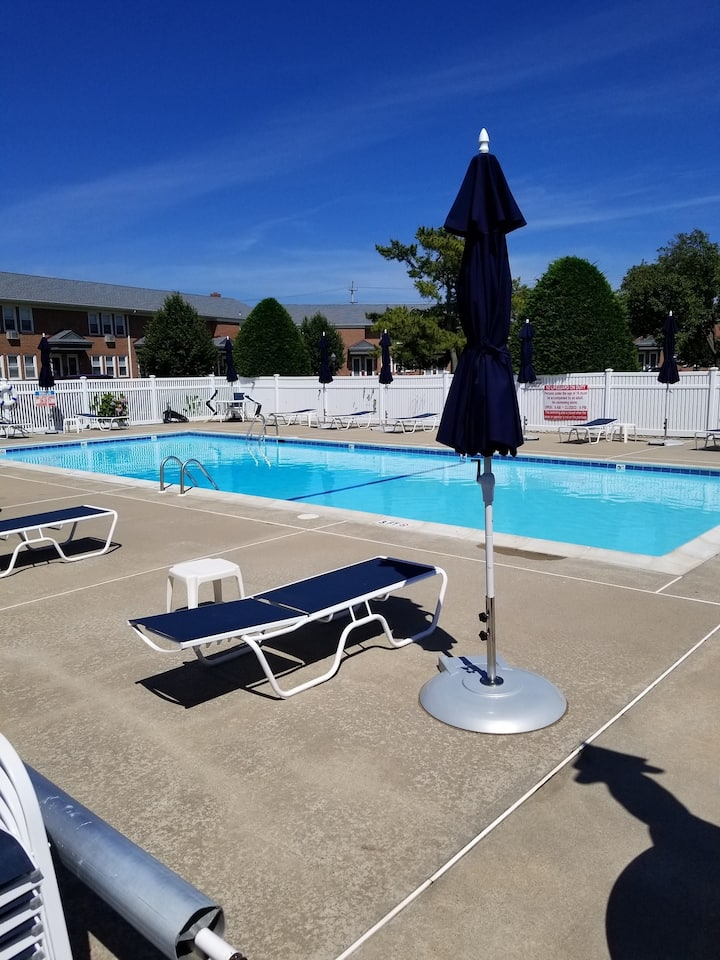 A Wave From It All - Clean 1 Bdrm Condo w/ Pool