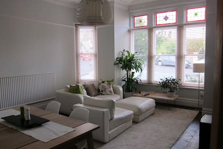Light/Airy room in victorian house! - Bristol