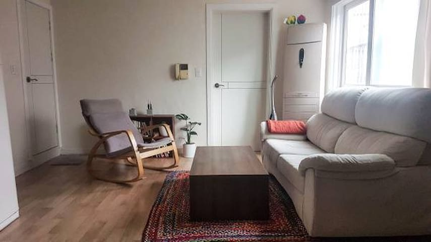 Bright & Spacious Room in a Local's House, Itaewon