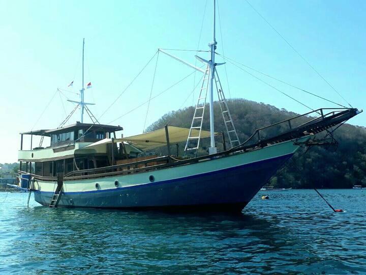 Phinisi boat komodo