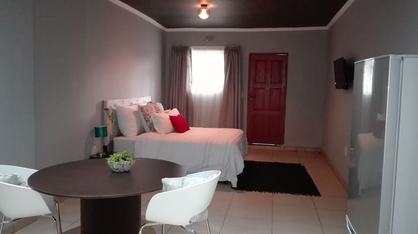 Self catering studio apartment near O.R Tambo - Kempton Park - Apartment