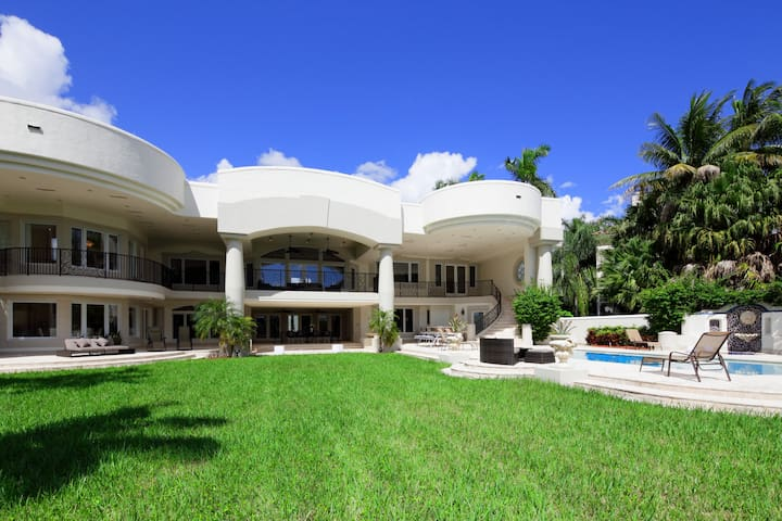 Price Dropped! Luxurious Mansion on bay sleeps 20! - Hollywood - Villa