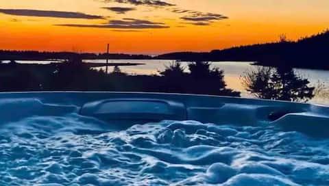 Hot tub, Kayaks, fishing & Ocean Front Cottage!