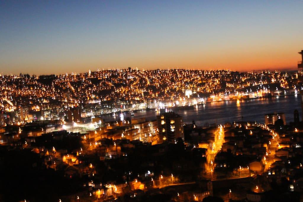 Vista nocturna desde balcón del departamento