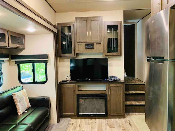 Clean Lavish RV In peaceful area 8mins from metro