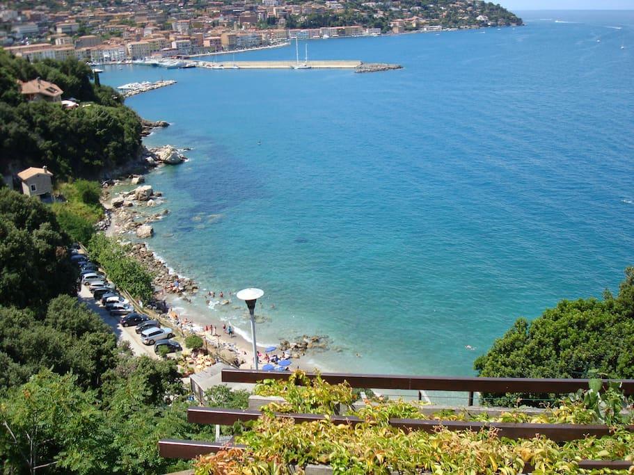 Panorama sulla spiaggia sottostante e il porto di Porto S. Stefano