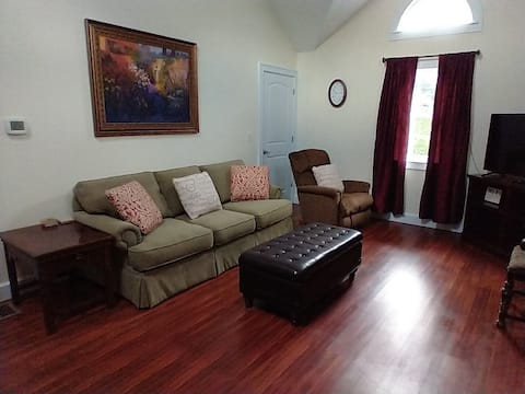 Red Carriage House-Close to Downtown / Fairgrounds