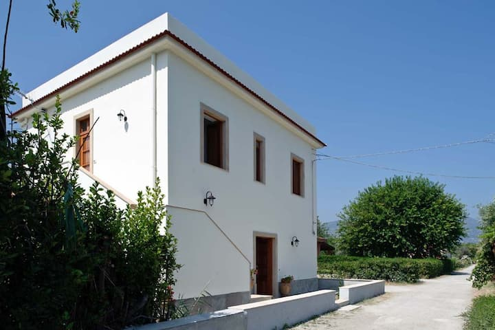Detached villa in an excellent location, only 200 meters from the sea!